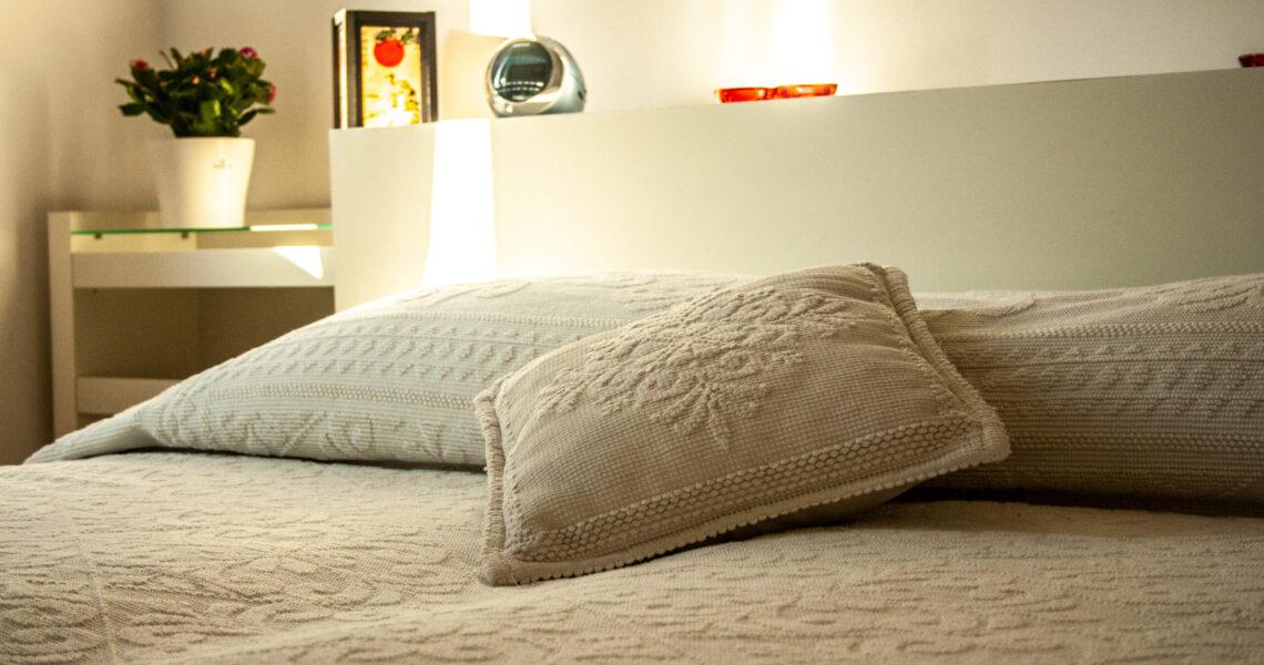 Particolare cuscino Suites Bonu Bentu, appartamenti Cagliari Poetto Sardegna